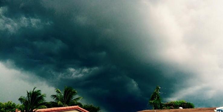 Florida felé közelít az Erika hurrikán