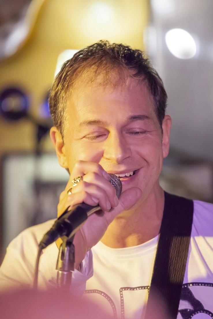 Rex Alex, a Cherry zenekar frontembere Fenyő Miklós felfedezettjeként kezdte karrierjét