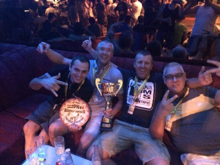 A verseny győztesei, a Gumisember Team (01)