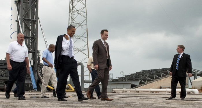 Elon Musk körbevezeti Barack Obama Elnököt a Falcon 9 kilövése előtt, 2010 (Fotó: Bill Ingals)
