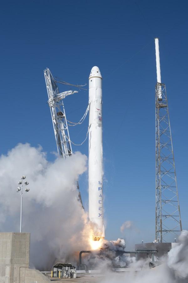 A SpaceX Falcon 9 rakétája a Dragon űrsiklóval