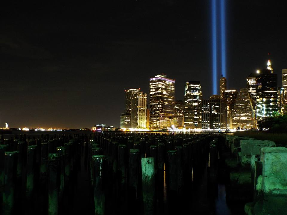 A World Trade Center ikertornyai és az áldozatok tiszteletére két fénycsóva mutat az ég felé.