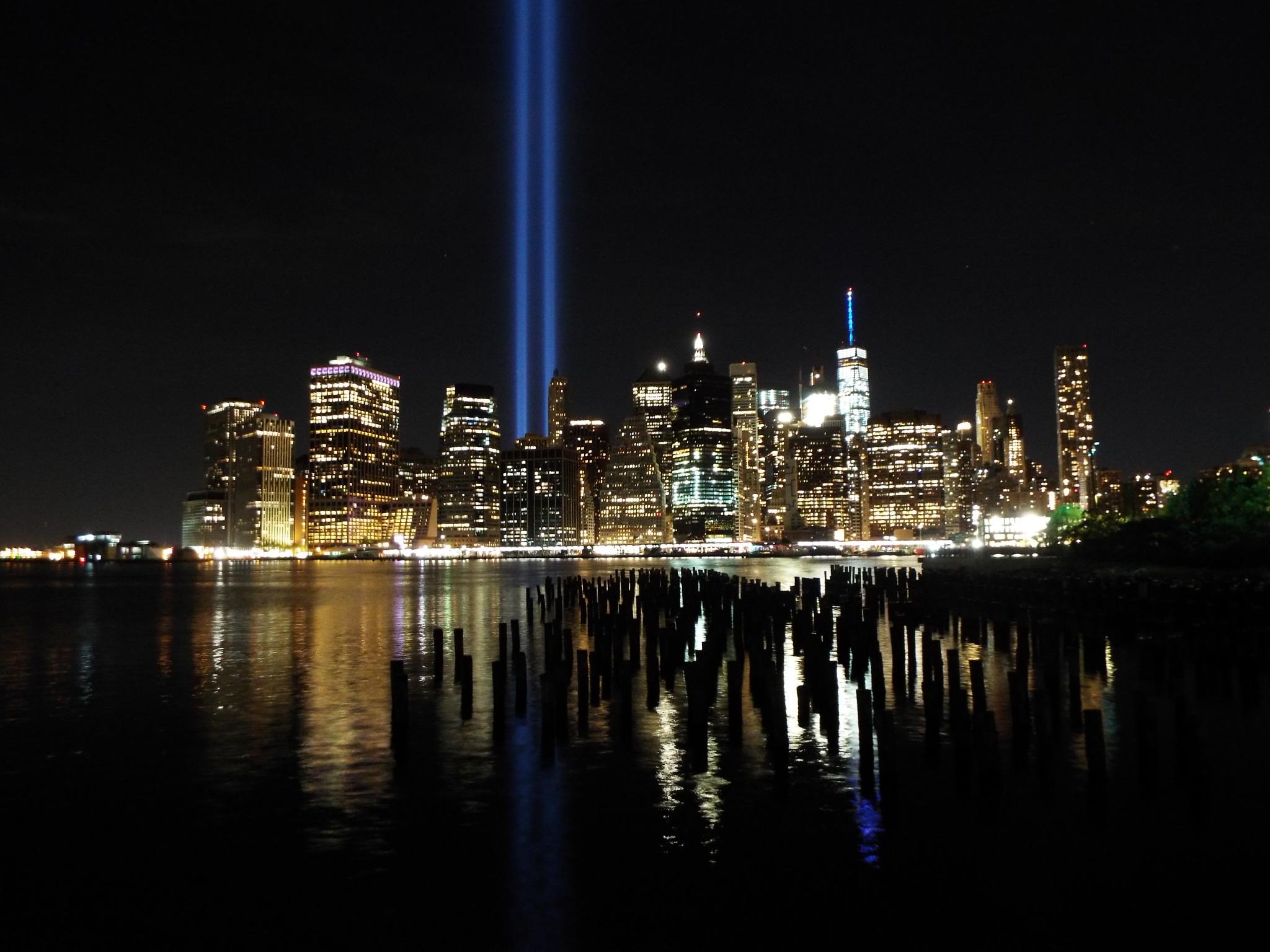 Manhattan látképe 2001.szeptember 11-én megváltozott, a World Trade Center tornyaira már csak a fénycsóvák emlékeztetnek.
